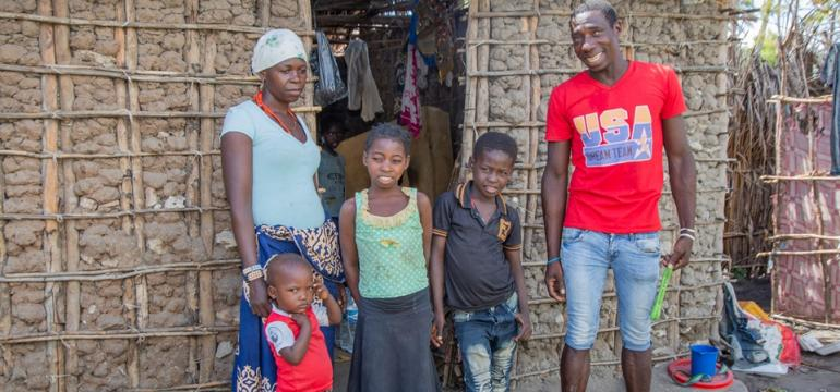 Massa Abdala Momade, his wife and 3 children in their former house in Milamba 2