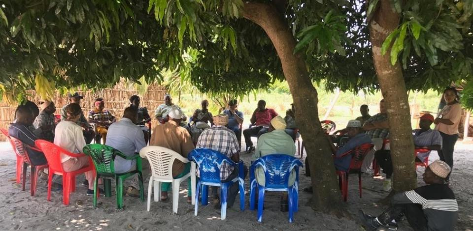 In discussion with Quitupo Community Resettlement Committee